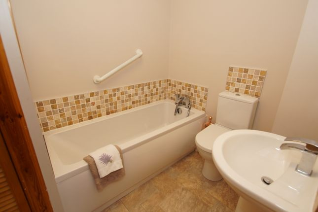 Bathroom of Backbrae Street, Kilsyth G65
