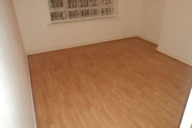 2 bed flat to rent in Beverley Drive, Queensbury