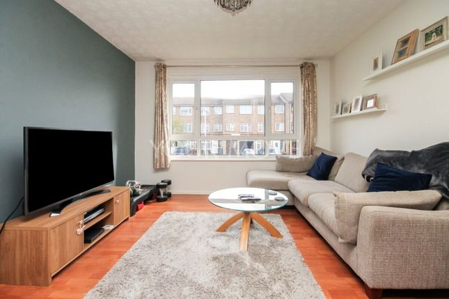2 bed flat to rent in Victoria Road, Romford RM1