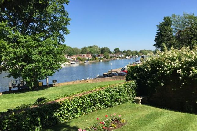 Thumbnail Flat to rent in River Thames Side Apartment, Walton On Thames, Surrey