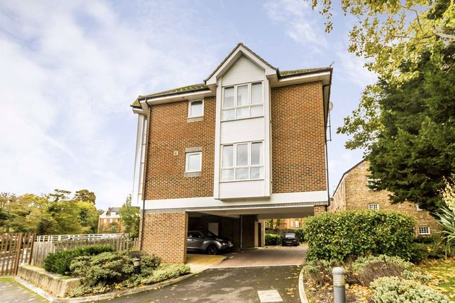 2 bed flat to rent in Hampton Court Way, East Molesey KT8