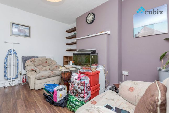 2 bed flat to rent in County Street, London
