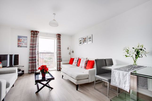 2 bed flat to rent in Scott House, Winter Close, Epsom KT17