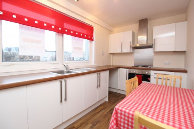 Maisonette to rent in Park Lane, Kilsyth