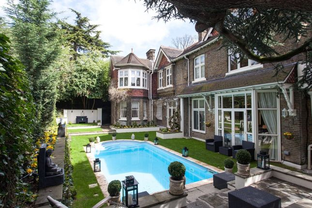 Thumbnail Flat to rent in Frognal, London