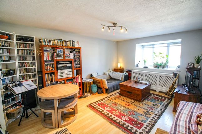 2 bed flat to rent in Newton Avenue, London N10