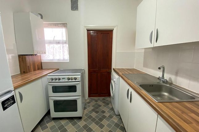 2 bed flat to rent in Mortlake Road, Ilford IG1