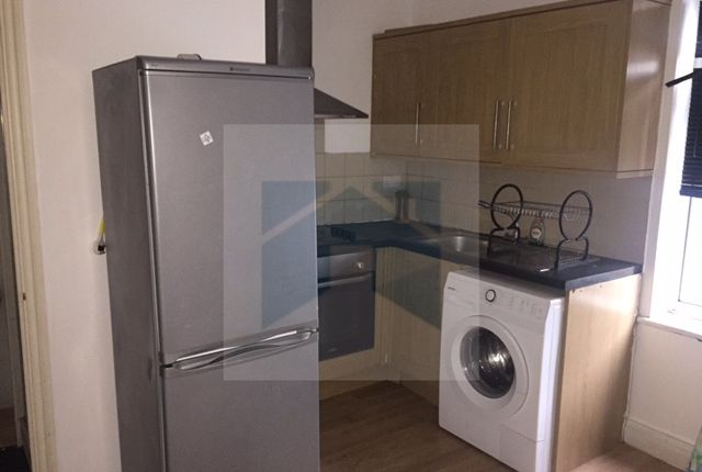 2 bed flat to rent in High Road, Ilford
