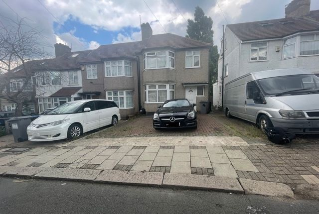 4 bed terraced house to rent in Larkway Close, Colindale NW9