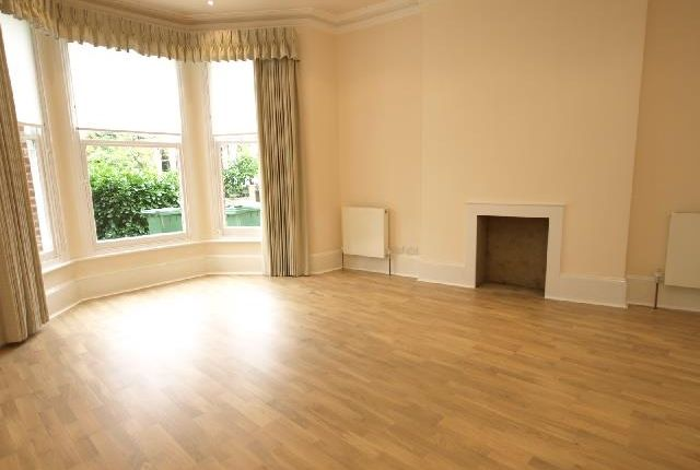 3 bed flat to rent in Savernake Road, London