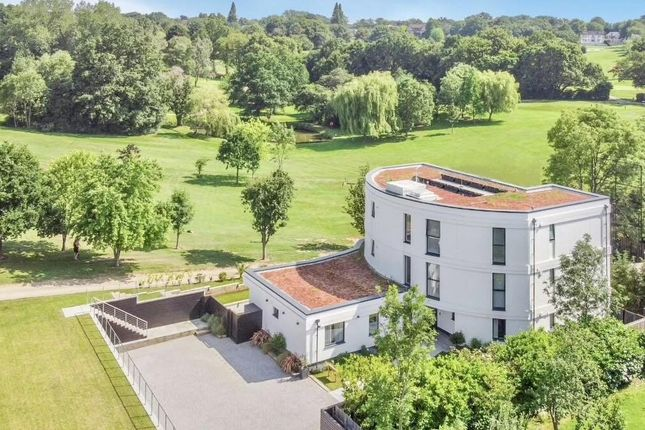 3 bed flat for sale in High Road, Chigwell IG7