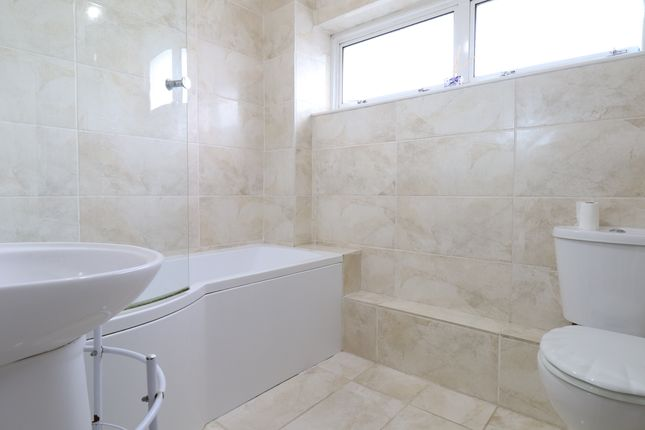 Bathroom of Farman Close, Swindon SN3