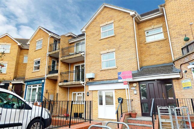 2 bed flat to rent in Osier Drive, Basildon SS15