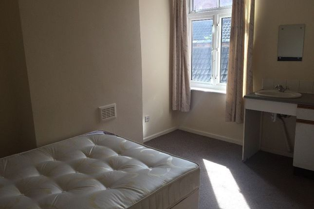 Thumbnail Shared accommodation to rent in Cedar Road, Leicester