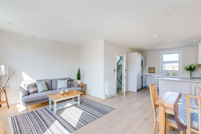 2 bed flat to rent in Harwood Road, London