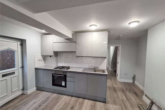 2 bed flat to rent in West Street, Bromley, Kent BR1