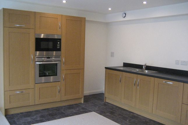 2 bed flat to rent in Oldham Road, Ripponden