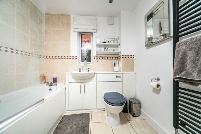 Family Bathroom of 55 Silver Street, Reading RG1