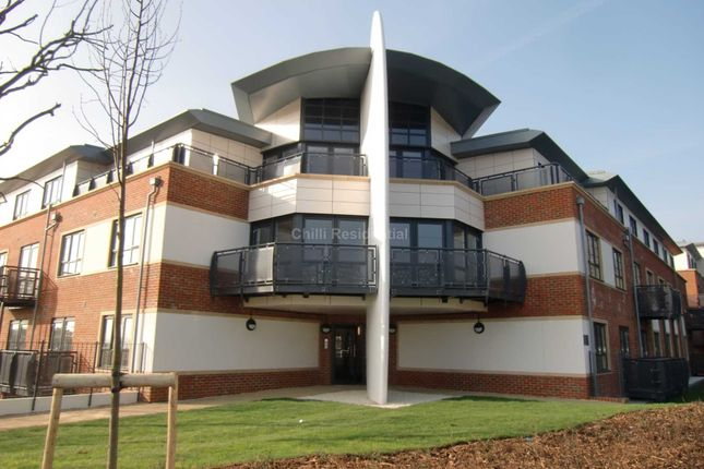 Thumbnail Flat for sale in Wallis Square, Farnborough