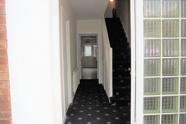 Thumbnail Shared accommodation to rent in Amberley Close, London