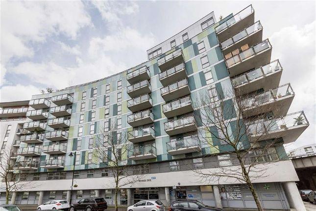 Thumbnail Flat to rent in Sun Passage, London