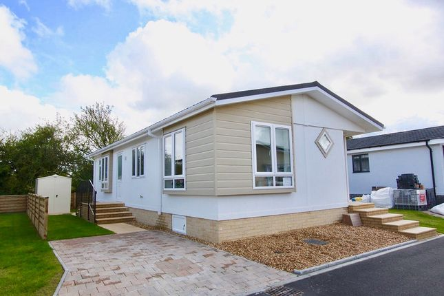 Thumbnail Mobile/park home for sale in Lechlade, Faringdon Road