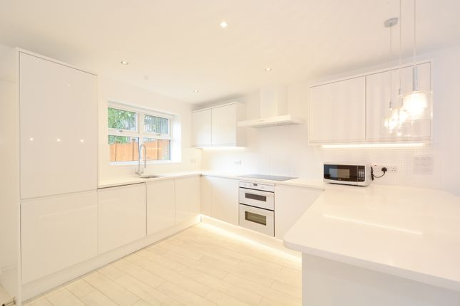 3 bed semi-detached house to rent in Dolphin Close, Canada Water SE16