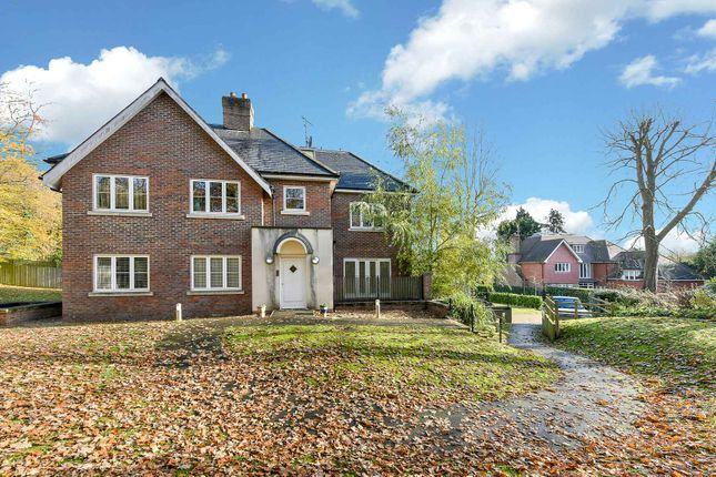 Thumbnail Flat to rent in Park Grove, Knotty Green, Beaconsfield