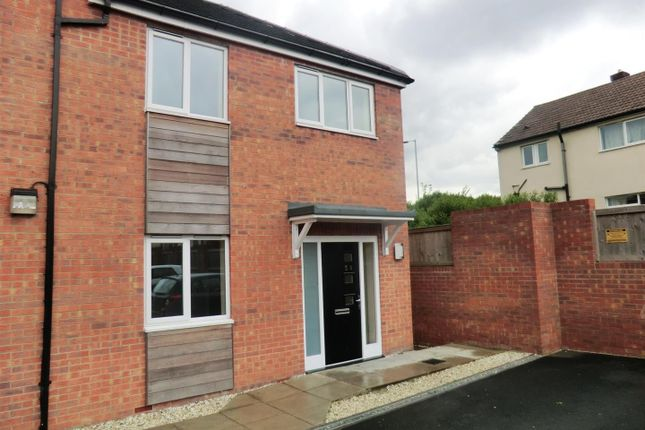 2 bed flat to rent in Swarcliffe Approach, Leeds