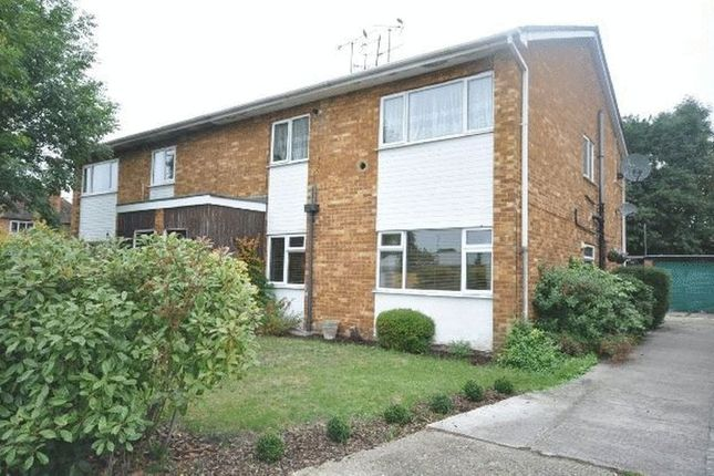 Thumbnail Flat to rent in Ladbroke Close, Woodley, Reading