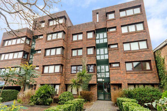 2 bed flat to rent in Brighton Road, Surbiton