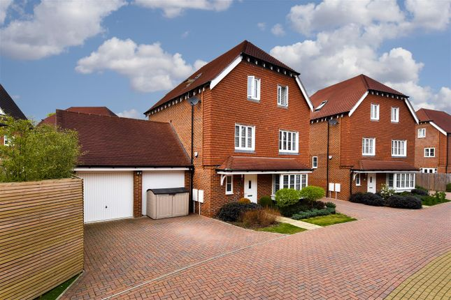 Thumbnail Detached house for sale in Apsley Road, Horley