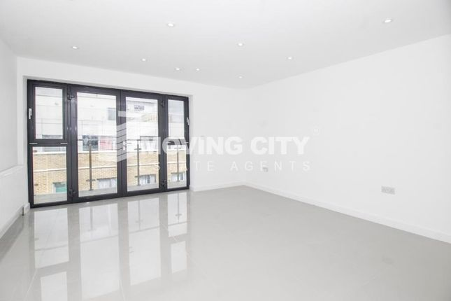 3 bed flat to rent in Commercial Road, Limehouse