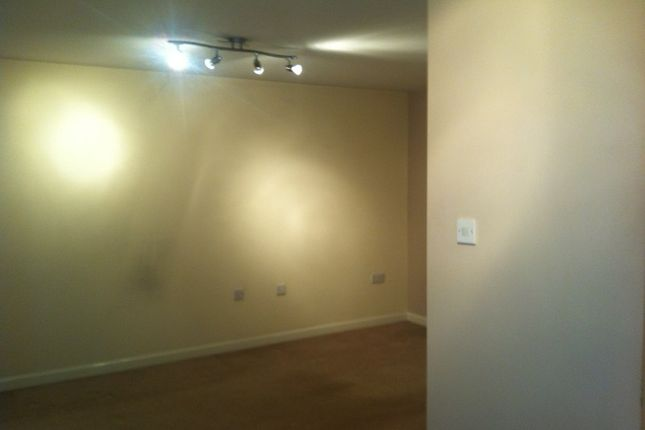 Thumbnail Flat to rent in Holmefield View, Bradford