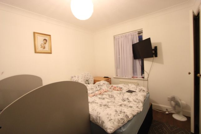 Thumbnail Terraced house to rent in Silbury Av, Colliers Wood