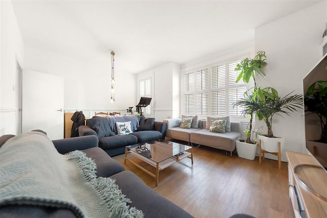 3 bed flat to rent in Eckstein Road, London SW11