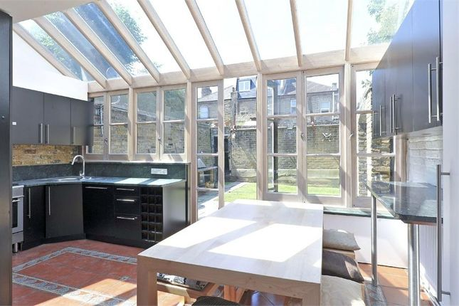 3 bed flat to rent in Aspley Road, London