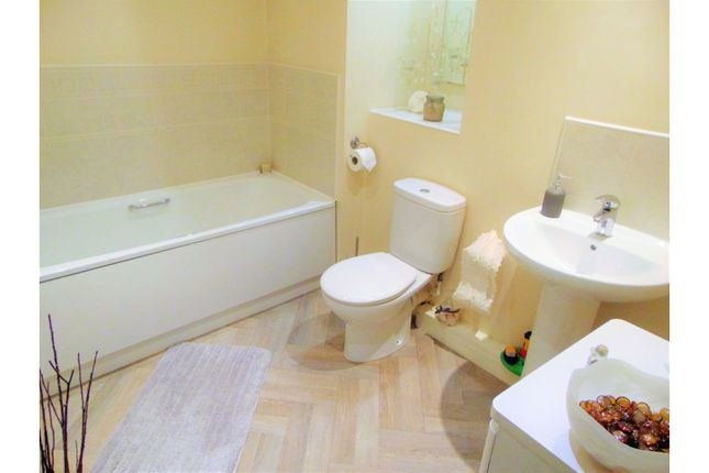 Bathroom of Fairbourne Walk, Oldham OL1