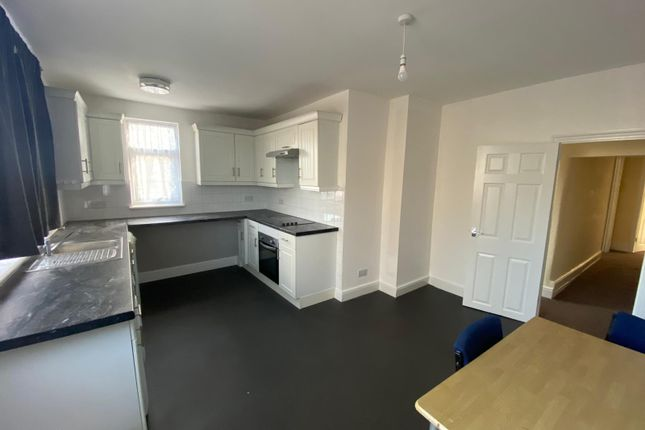 3 bed flat to rent in Chigwell Road, Woodford Green IG8