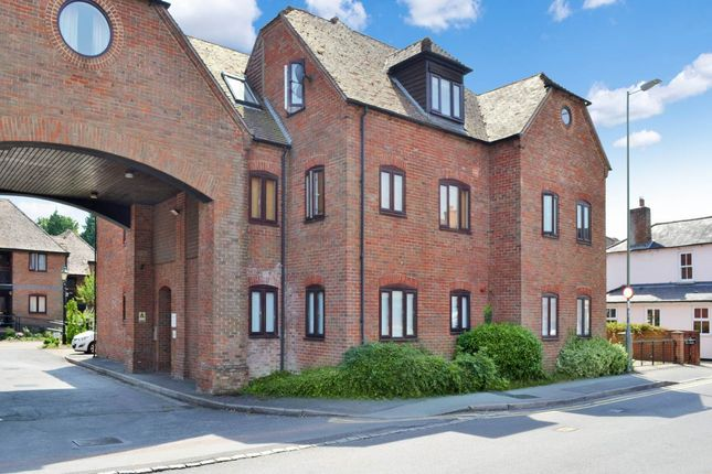 Thumbnail Flat to rent in Swan Court, Newbury, Berkshire