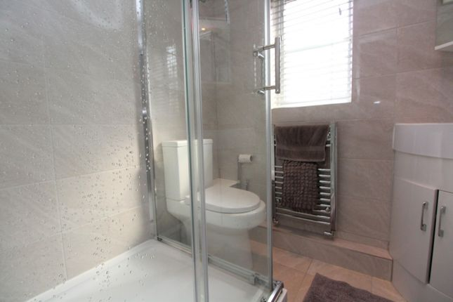 En Suite of Glenwood Close, Radcliffe, Manchester M26