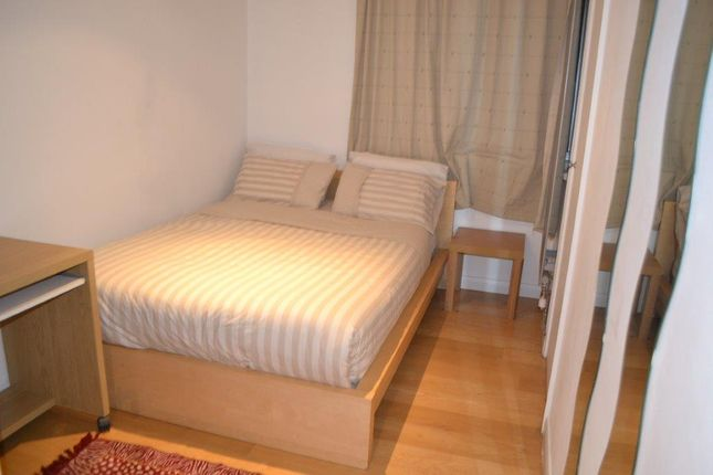 2 bed flat to rent in Quadrangle Tower, Cambridge Square, London