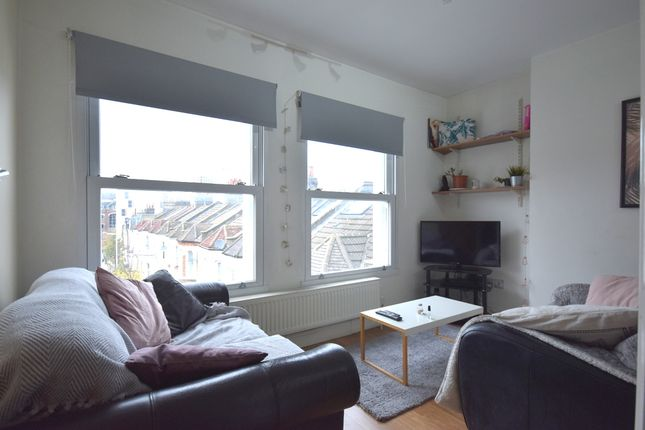 2 bed flat to rent in Mossbury Road, London SW11