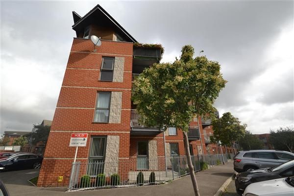 2 bed flat to rent in Lewin Terrace, Bedfont, Feltham