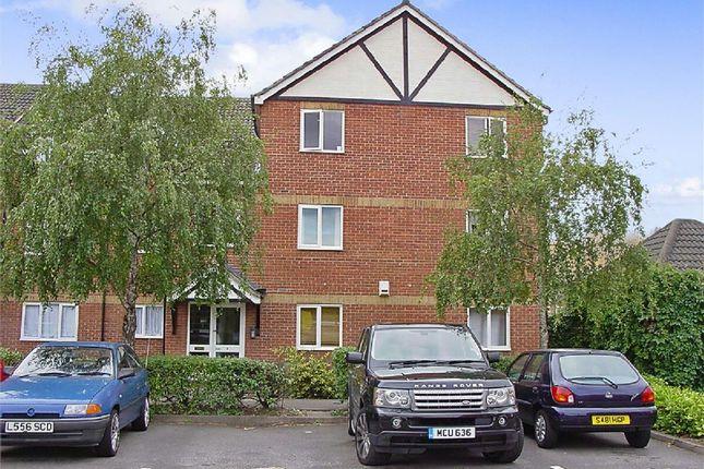 2 bed flat to rent in Foxglove Way, Hackbridge