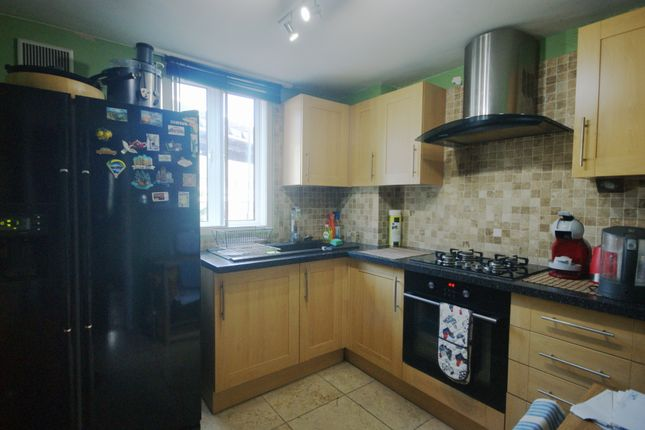 2 bed flat to rent in Coopers Lane, London