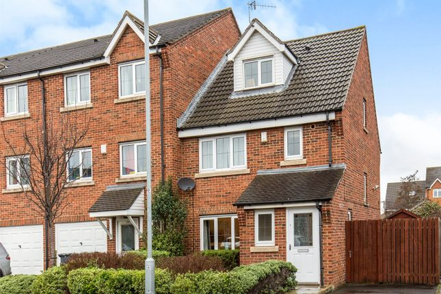 Thumbnail Town house for sale in Newlands, Farsley, Pudsey