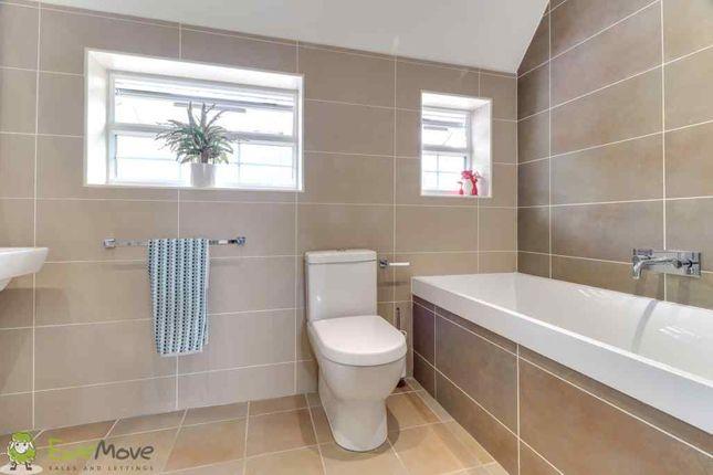 Family Bathroom of Marston Gardens, Luton LU2