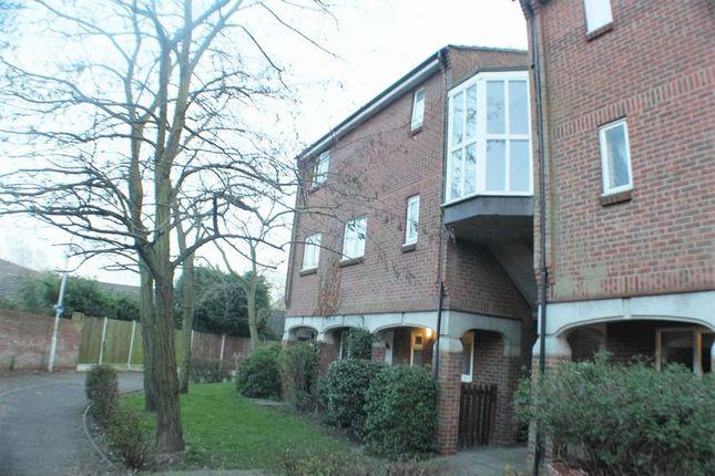 Thumbnail Flat to rent in Brackley Crescent, Basildon