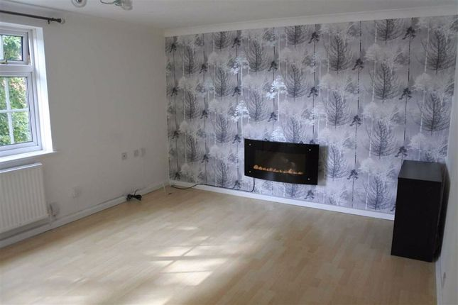 2 bed flat to rent in Cavendish Road, Urmston, Manchester M41